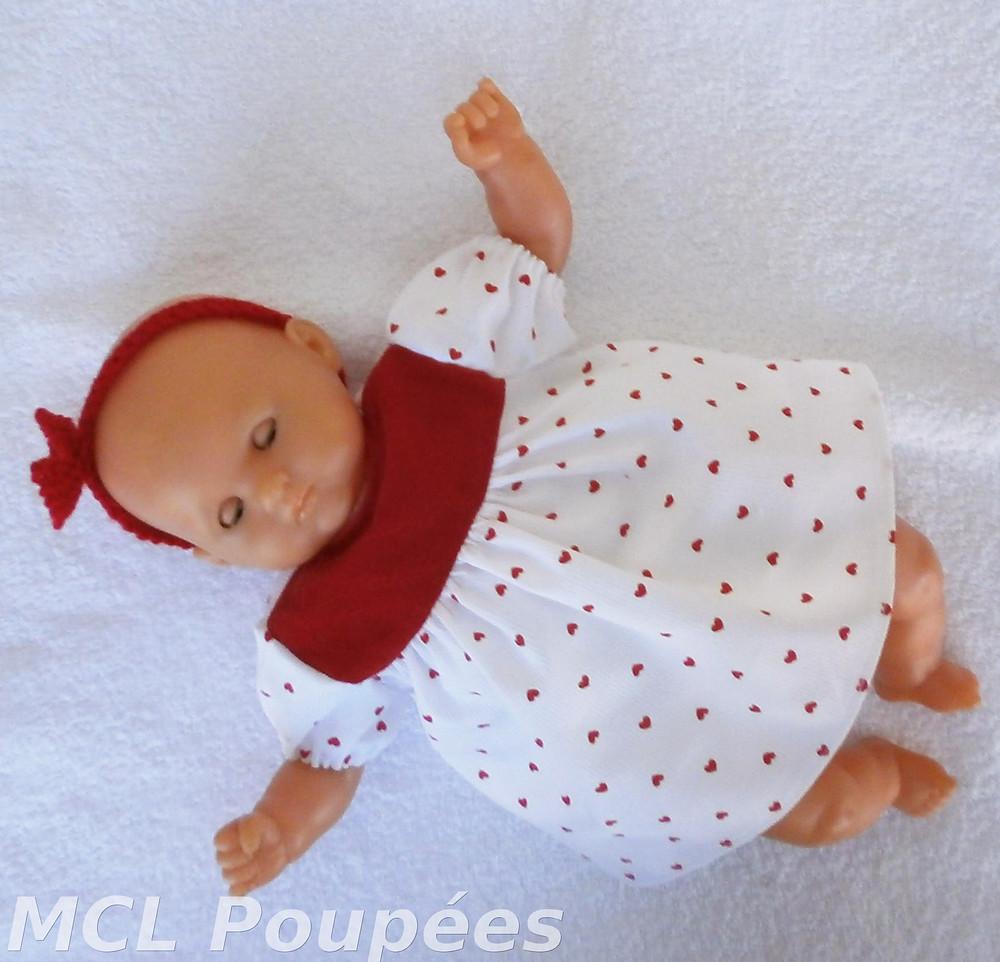 Robe petits coeurs rouges pour poupon de 30 cm