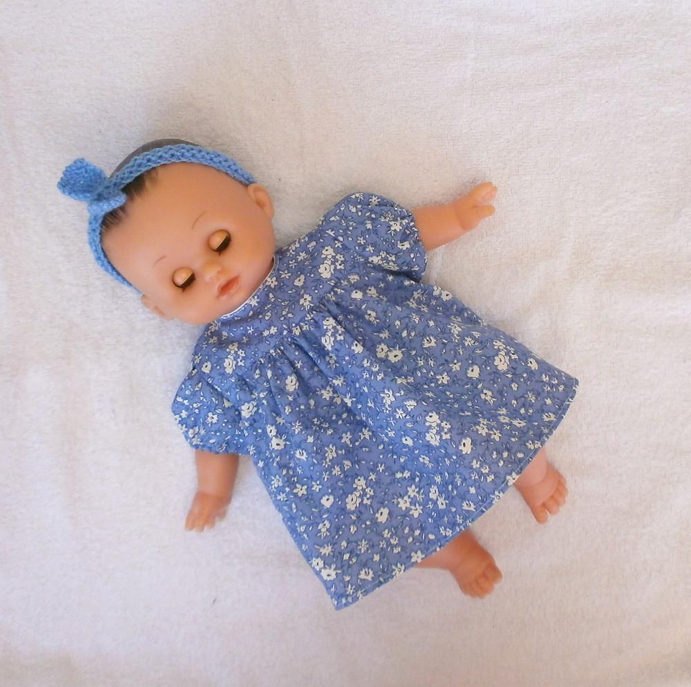 Pour poupon Petit Câlin de Petitcollin, une robe fleurie bleue et blanche