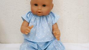 Pyjama bleu motif coeurs pour poupon 36 cm corps vinyle