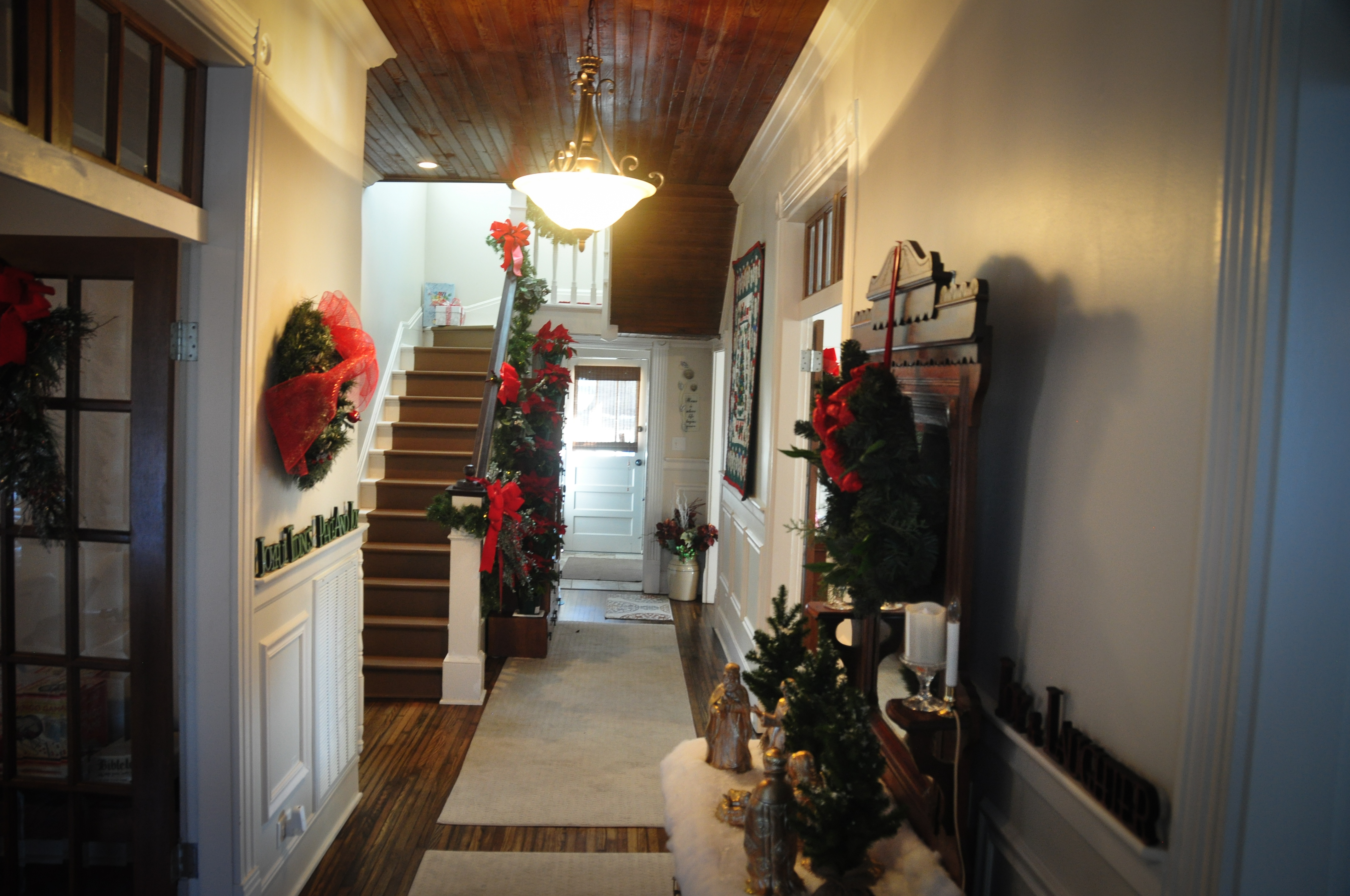 CatesCorner_Hallway_Christmas
