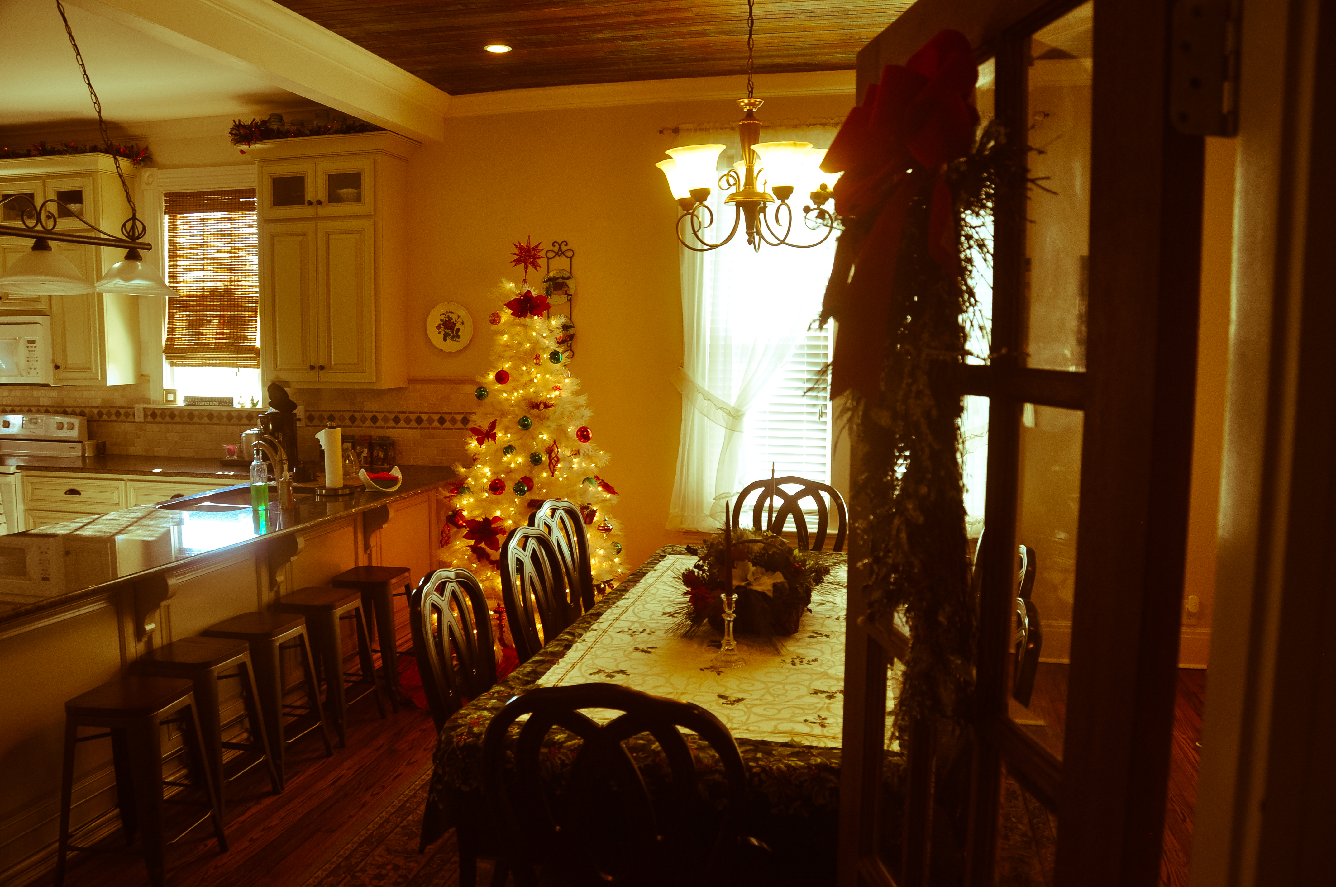 CatesCorner_DiningRoom2_Christmas