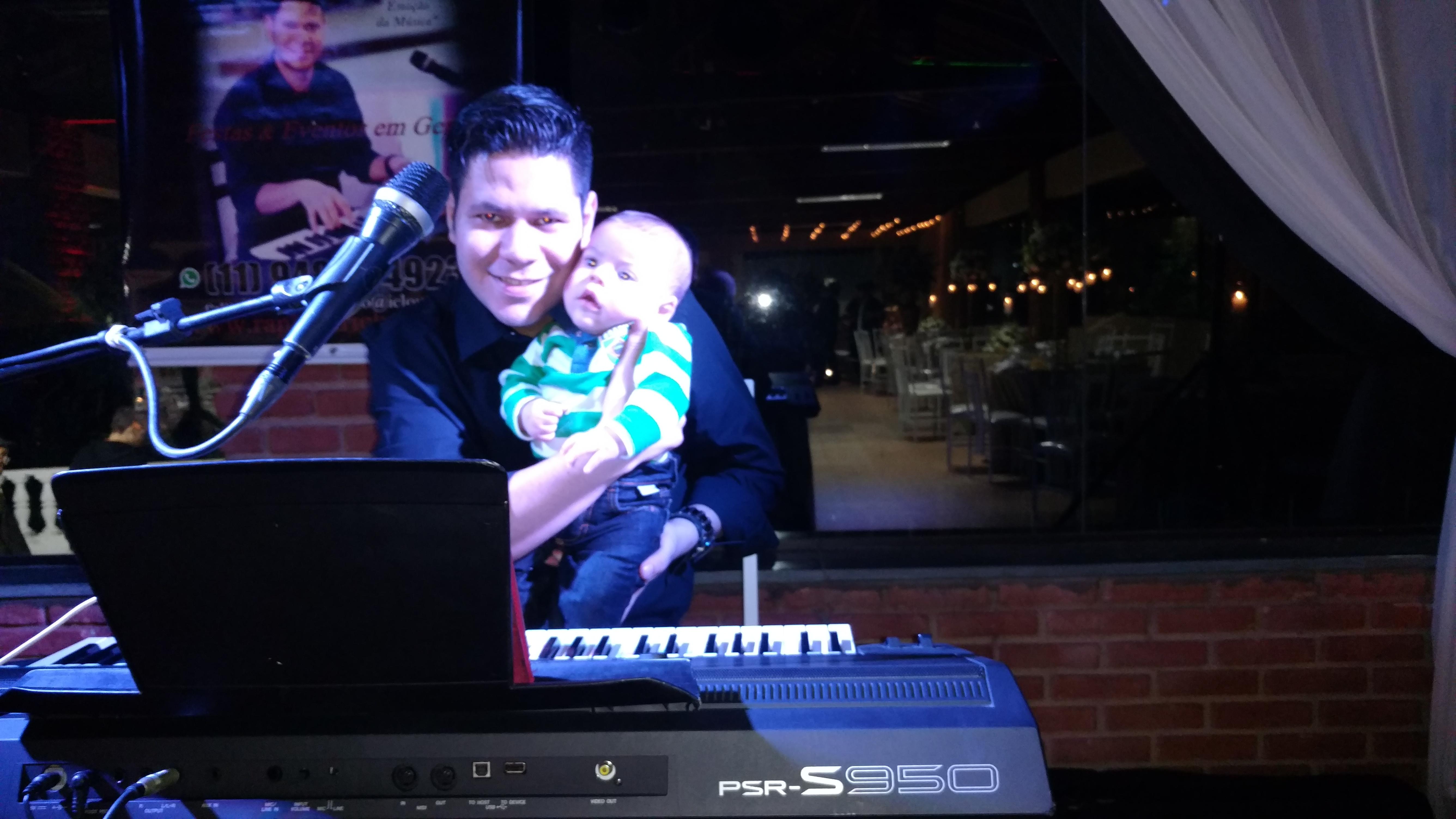 bebê no piano