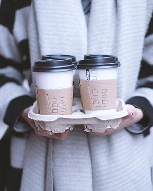 Fille tenant Take-Away Café