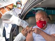 """""""Governo tem que assumir a responsabilidade de comprar vacina para todos brasileiros"""", diz Lula"""