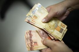 Salário mínimo de R$ 1,1 mil entra em vigor