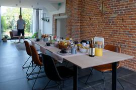 Ontbijt met lekkere verse streekproducten, huisgemaakte confituur, eitjes van onze kippen, fruit uit de boomgaard