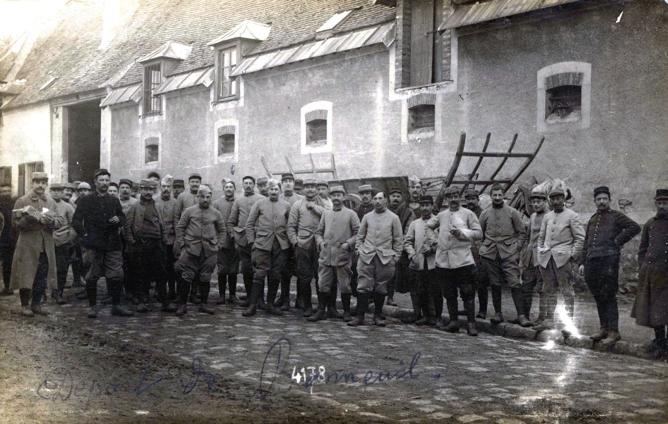 La section de munitions devant la ferme de Bonneuil-sur-Marne en 1916 durant la Première Guerre mondiale