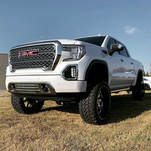 """2019 GMC 1500 with McGaughy's 7-10"""" lift"""