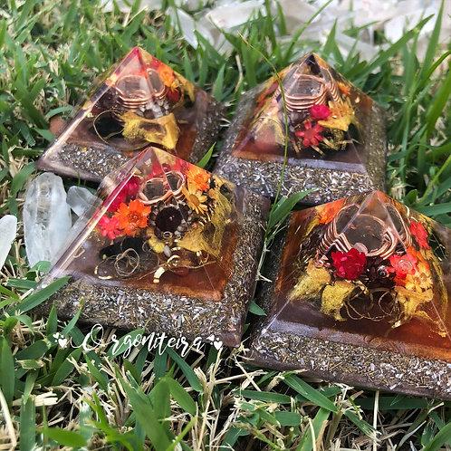 Orgonite Pirâmide Mini Queóps Turmalina negra com Jaspe vermelho