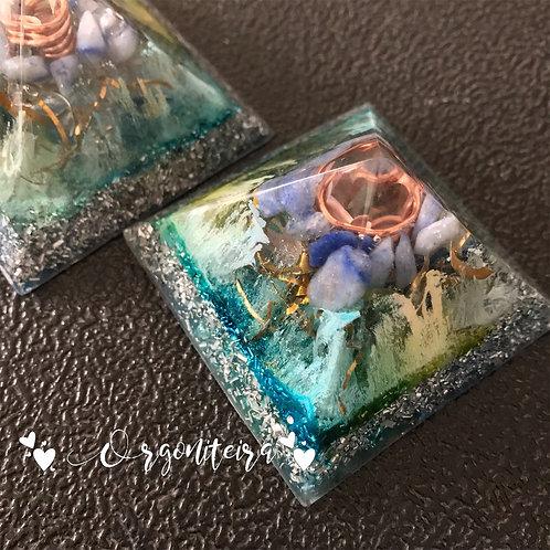 Orgonite Pirâmide Mini Queóps Quartzo azul com Cianita azul
