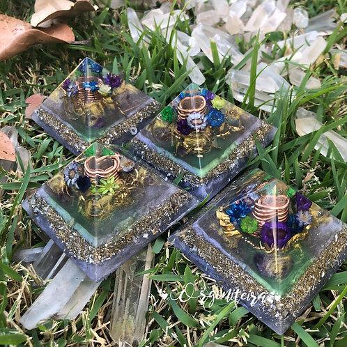 Orgonite Pirâmide Mini Queóps Ametista com Fluorita