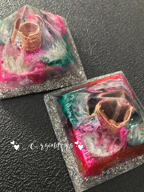 Orgonite pirâmide queóps quartzo rosa com quartzo verde