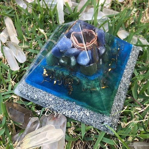 Orgonite Pirâmide Média Queóps Quartzo verde com Quartzo azul