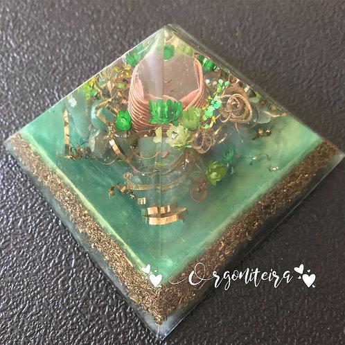 Orgonite Pirâmide Média Queóps Quartzo verde