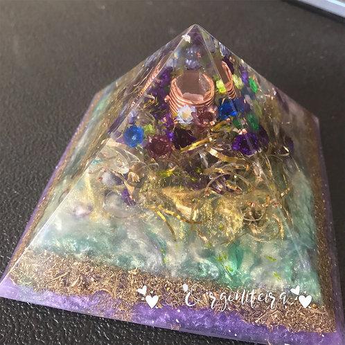 Orgonite Pirâmide Grande Queóps Ametista com Fluorita
