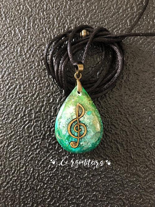 Orgonite Pingente Gota Clave de Sol Esmeralda