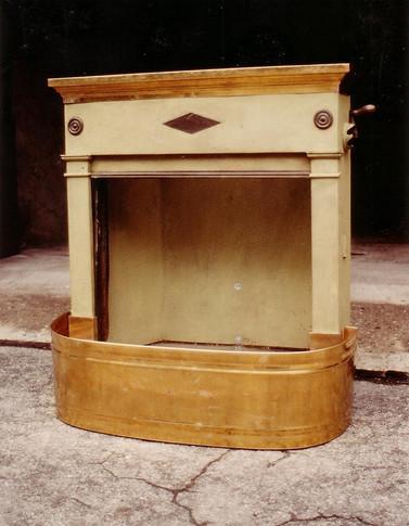 Habillage d'une cheminée parisienne en acier, avec du laiton.