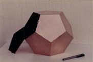 Boîte en cuivre en forme de dodécaèdre.