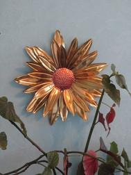 Fleur en cuivre et laiton à suspendre au mur, de 45 cm.  Les pétales sont laqués d'office, ou non laqués si ce n'est pas souhaité.