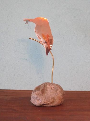 Martin-pêcheur en cuivre et laiton, avec un poisson en inox. Monté sur une pierre.  30 cm.