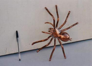 Mygale en cuivre de 30 cm.
