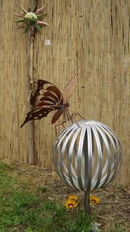 """""""Fleur"""" en forme de boule en acier inox de 45 cm. avec un papillon en cuivre.  Hauteur totale 1m. 20"""