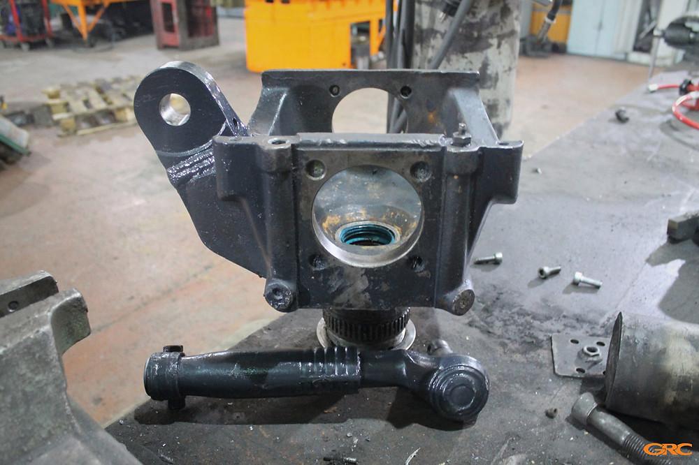 Поворотный кулак экскаватора после ремонта