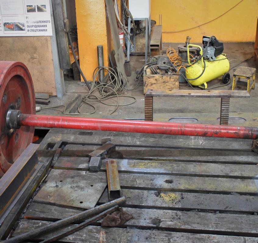 Вал гильотины на ремонте