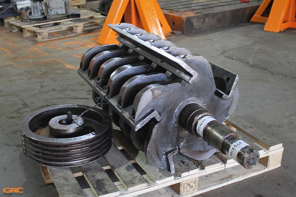 Ротор дробилки и шкив от неё до ремонта