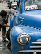Cuba-man-washing-taxi_JenniferVitanzo-11