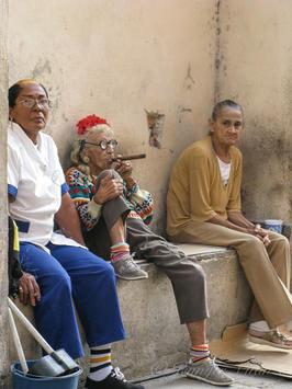 Cuba-old-women-smoking-cigars-Havana _Je