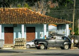 Cuba-town-Vinales-black-car _JenniferVit