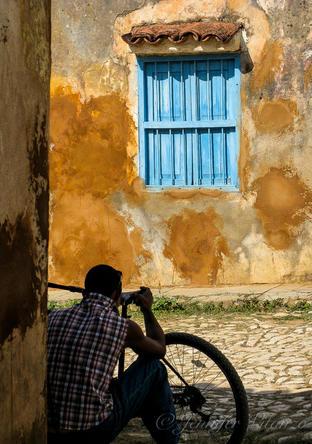 Cuba-man-and-bike-Trinidad _JenniferVita