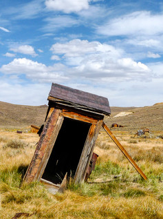 california-Bodie-ghost-town-outhouse_©Je