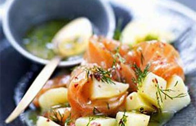 Emincé de saumon fumé aux pommes de terre tiédes et créme de vinaigre balsamique