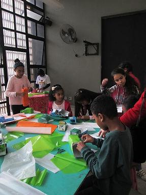 Crianças do projeto O Uirapuru Mirim trabalhando com materiais recicláves