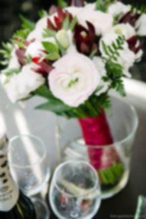 Букет на столе является центром внимания в гармоничном натюрморте.