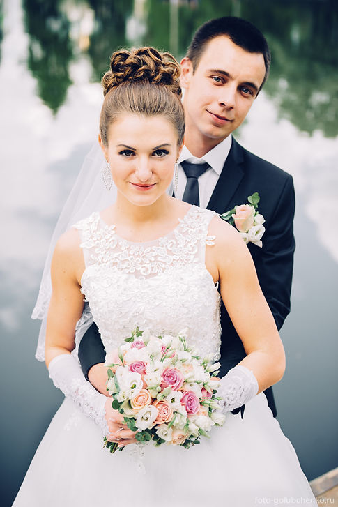 Счастливые молодожены на берегу озера. Хороший кадр в супружескую фотокнигу.