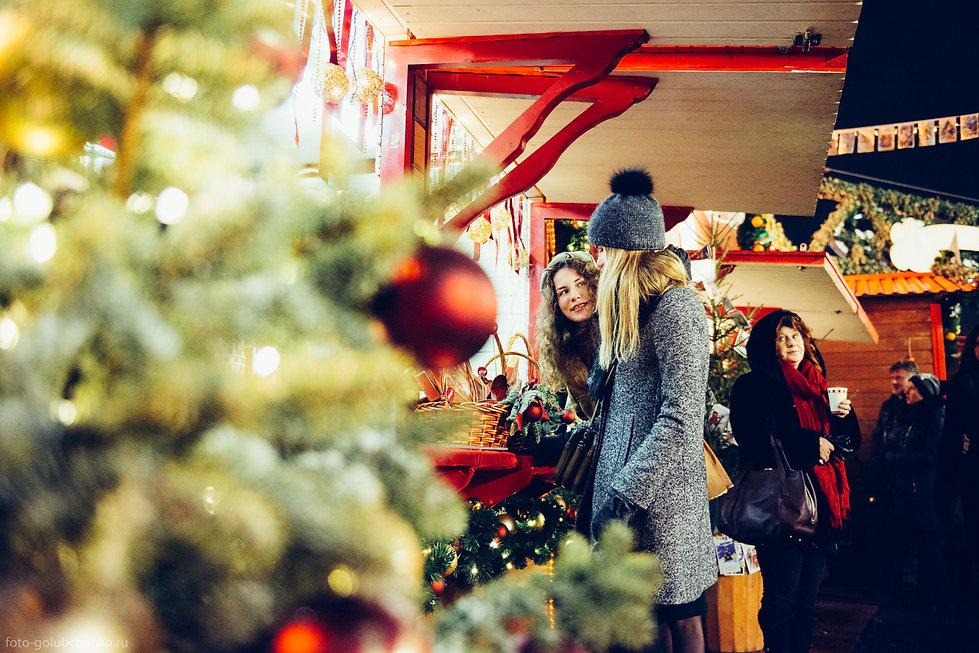 Рождественская ярмарка завлекает своим товаром прохожих.