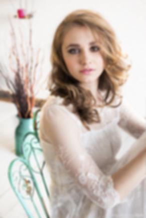 Легкое платье гармонично сочетается с минималистическим светлым декором.