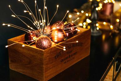 Большое количество красивой иллюминации и гирлянд в зале наполняет атмосферу праздником.