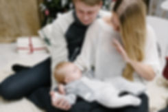 Мамочка на фотосъемке заигрывает со своим карапузом. Малыш внимательно рассматривает жестикуляцию. Ему очень интересно наблюдать движение пальцев.