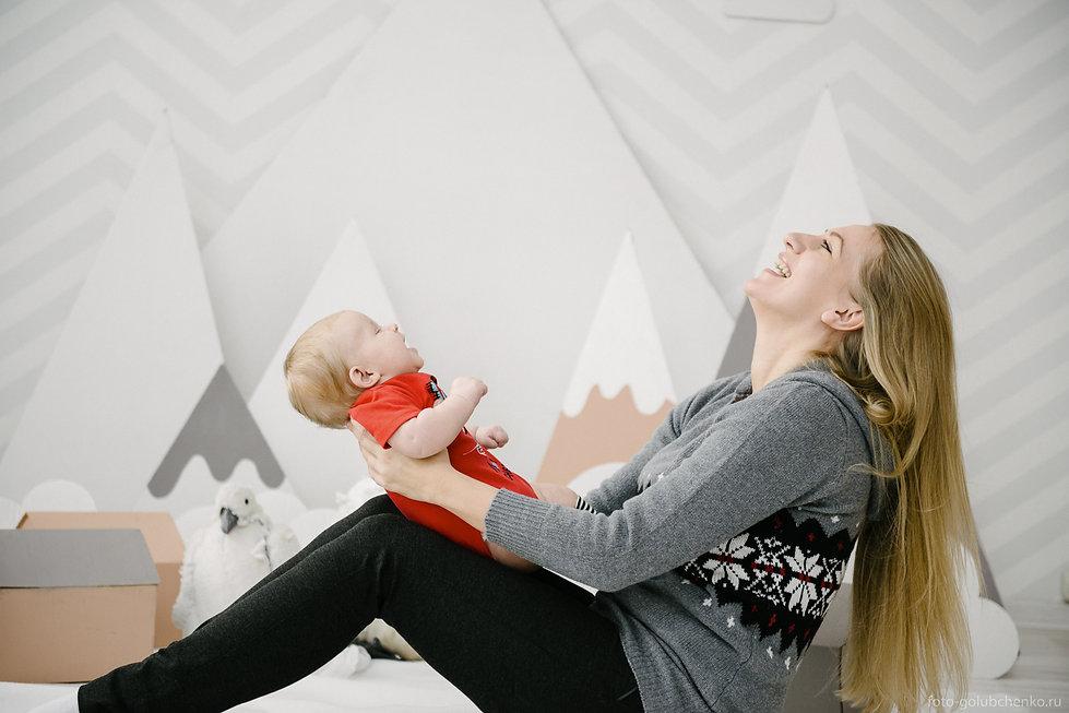 Поза малыша и его мамы повторяют геометрию декорацию гор сзади, что композиционно поддерживает целостность кадра.