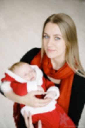 Спящему ребенку на руках комфортно и уютно в ласковых объятьях мамочки.
