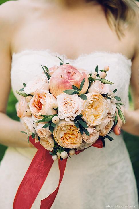 Гармонично подобранный к наряду букет из пионов и роз восхитительно выглядит в руках невесты.