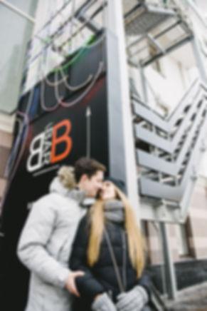 Фотосъемка Love Story на улице. Фоном для фотосессии может быть геометрия современной архитектуры.