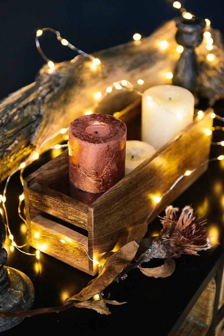 Декоративные подсвечники и огни гирлянд наполнят ваши снимки уютом и теплом.