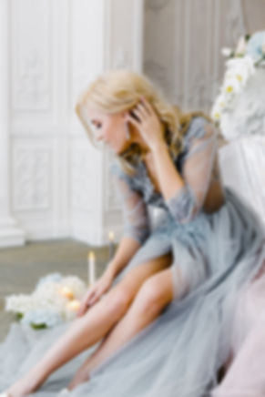 Прекрасная дева в воздушном будуарном платье. Романтичное утро в модных нежно-розовых и лавандовых оттенках