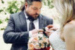Репортажная фотосъемка прогулки после регистрации. На снимке запечатлена забота влюбленных друг о друге.