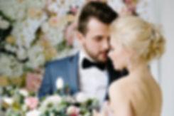 Репортажная съемка свадьбы. На фотографии запечатлен момент нежности между мужем и женой после обмена кольцами.